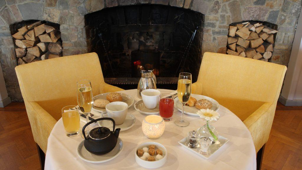 In onze kamerprijzen zit standaard een royaal ontbijt inbegrepen. Deze wordt normaal gezien in het salon opgediend rond een centraal opgesteld ontbijtbuffet.