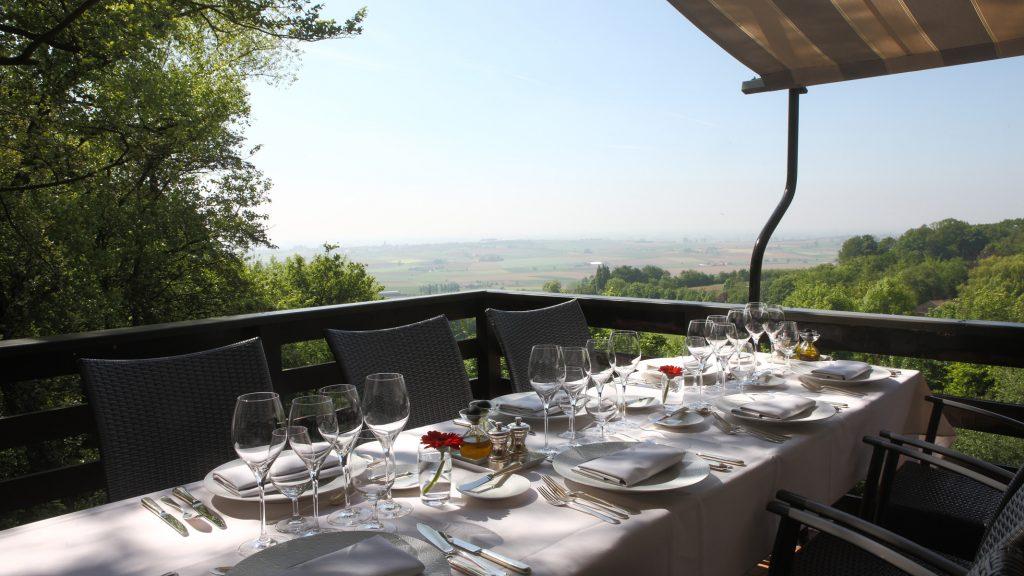 Vanaf dat het weer het enigszins toelaat dekken we graag voor onze gasten de tafel in op een van onze zonovergoten terrassen. Uniek in Vlaanderen.