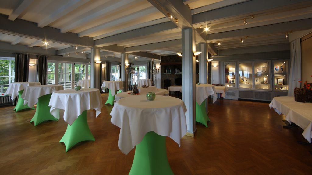 Het authentieke salon van Hostellerie Kemmelberg **** wordt voor diverse types van evenementen ingezet. Hier een voorbeeld van een opstelling voor een receptie.
