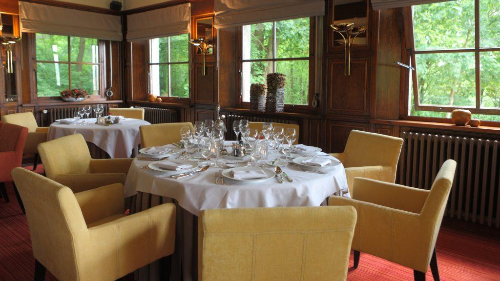 Er zijn diverse tafelschikkingen beschikbaar in het restaurant: ronde tafels, centrale familietafel, tafeltjes voor duo's of eenlingen, lange tafels voor groepen, enzovoort.