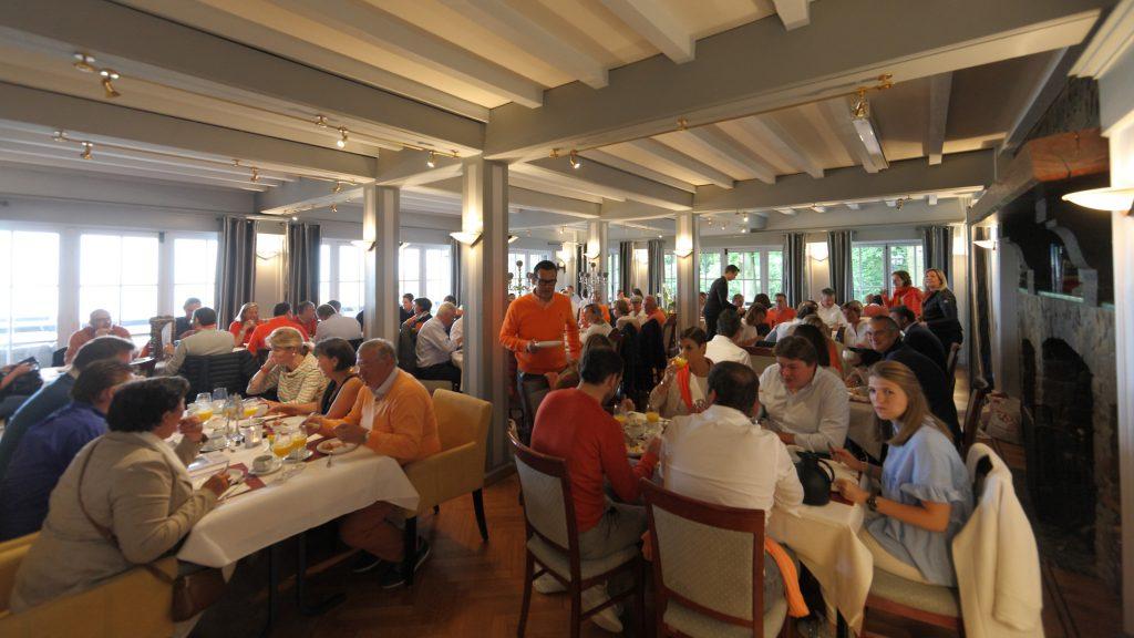 Het salon van Hostellerie Kemmelberg **** kan tot zo'n 90 personen ontvangen. Hier een voorbeeld van een groot groepsontbijt.