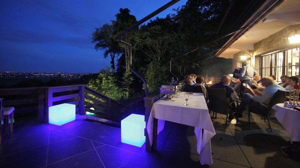 Het salon sluit aan op een terras die exclusief wordt ter beschikking  gehouden van de gebruikers van deze zaal. Van op dit terras heeft met  een bijzonder mooi zicht op de Frans-Vlaamse vlakte. Het terras beschikt  over een luifel. Het wordt van tijd tot tijd ingezet voor de  organisatie van barbecues of andere clubactiviteiten.
