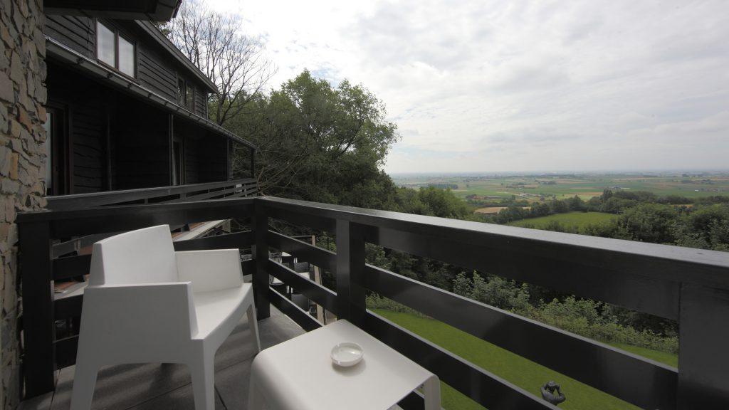 Voorbeeld van een balkon van een standaardkamer aan de valleikant (kamer 107).