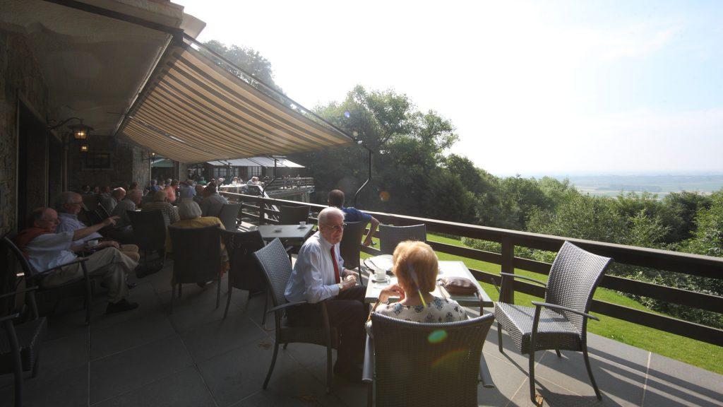 Groepen (bedrijven, families, scholengroepen, enz.) die het salon van Hostellerie Kemmelberg **** reserveren kunnen exclusief toegang krijgen tot het panoramisch terras. Het luifel komt goed van pas om de felste zonnestralen of regendruppels tegen te houden.