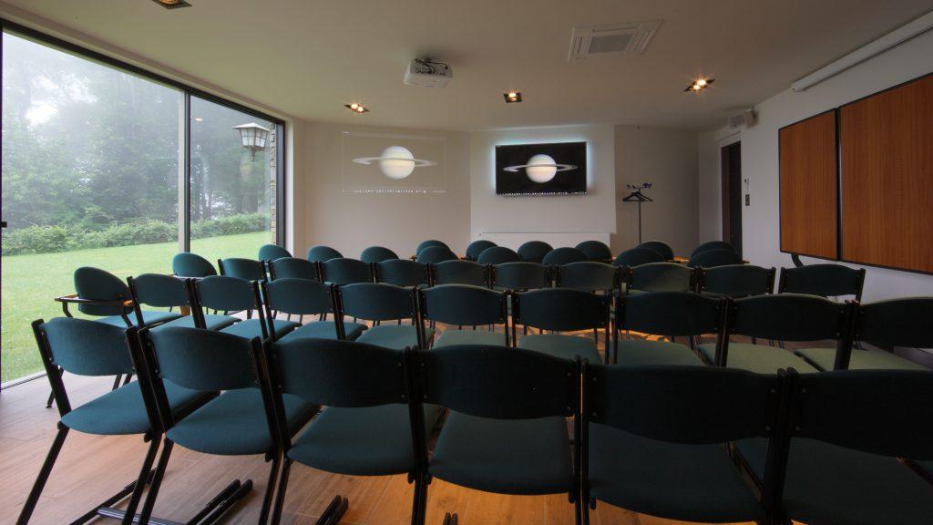 """De """"Saturnus""""-zaal op het tuinverdiep van Hostellerie Kemmelberg **** kan in diverse opstellingen worden opgezet. Hier zien we de """"voordracht""""-opstelling."""