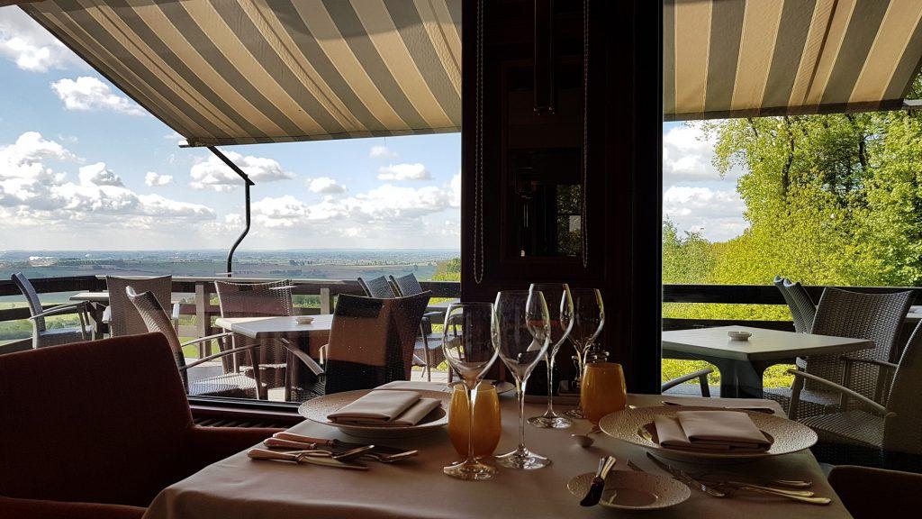 Vanuit het restaurant van Hostellerie Kemmelberg **** hebt U zicht op een adembenemend panorama.