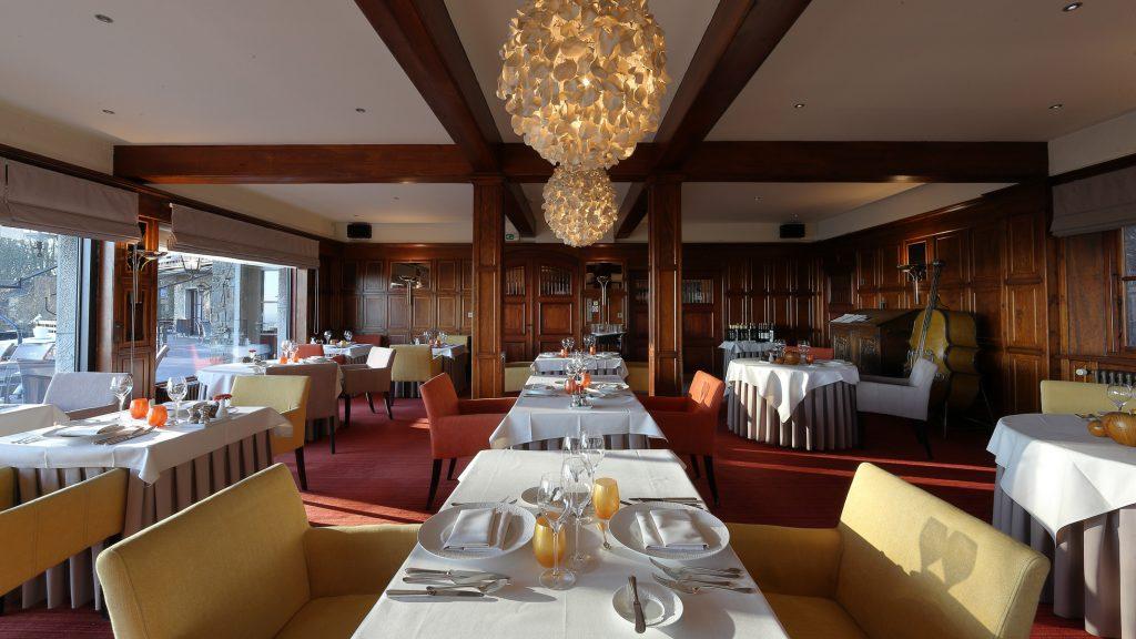 Het restaurant van Hostellerie Kemmelberg **** combineert authentieke stijlelementen (zoals bijvoorbeeld de originele houten lambrisering, zilveren bestekken, Val St. Lambert glaswerk, ...) , met eigentijdse zitmeubelen en kunst.