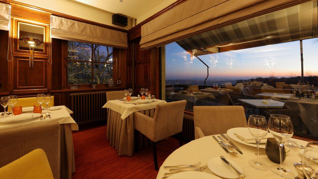 's Avonds is het ook bijzonder romantisch dineren in het restaurant van Hostellerie Kemmelberg ****.