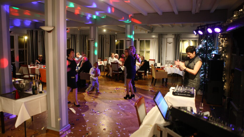 Dansfeest in het salon van Hostellerie Kemmelberg ****.