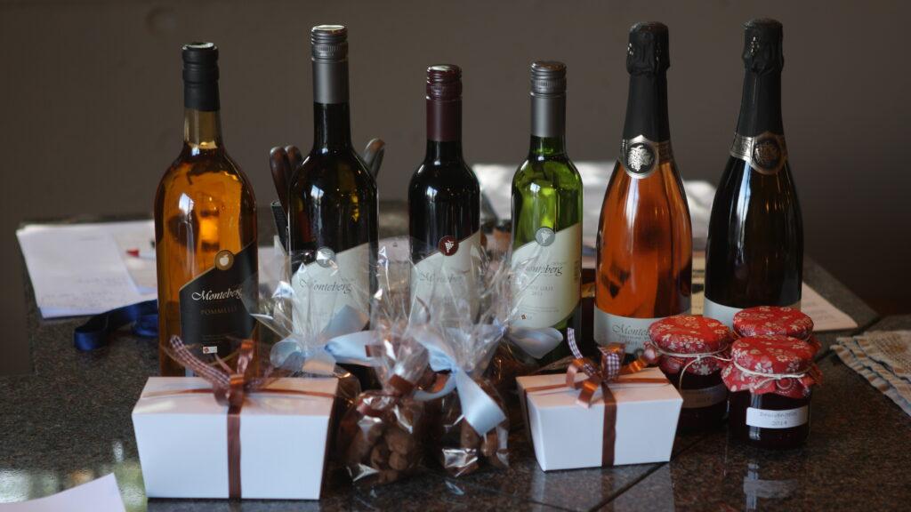 In en rond Heuvelland zijn veel regionale specialiteiten en wijnen verkrijgbaar (streekproducten). De wijnen kun je rechtstreeks op de diverse domeinen aankopen.