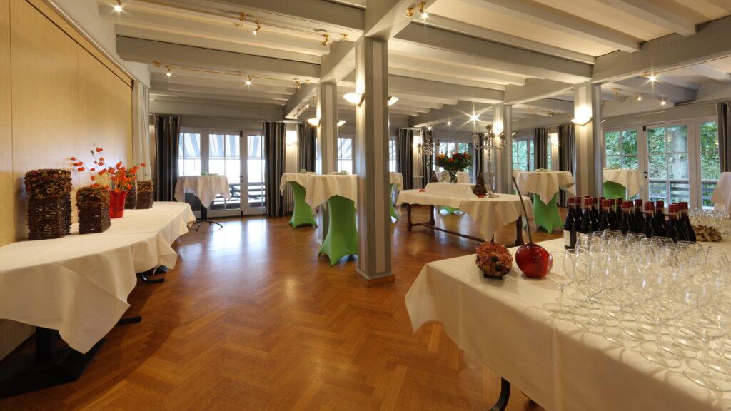 Voorbeeld van catering voor een evenement: een receptie in het salon van Hostellerie Kemmelberg ****.