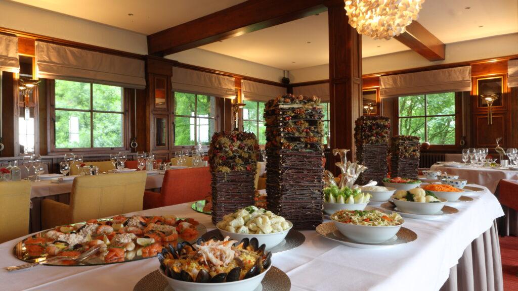 Voorbeeld van catering voor een evenement: een koud buffet opgediend in het restaurant van Hostellerie Kemmelberg ****.
