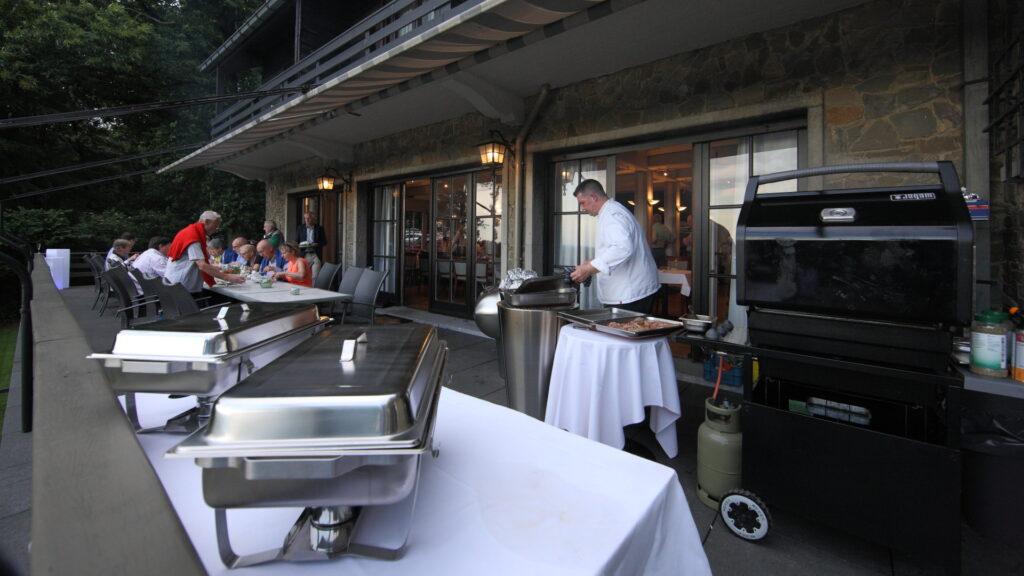 BBQ op het terras van het salon van Hostellerie Kemmelberg ****.