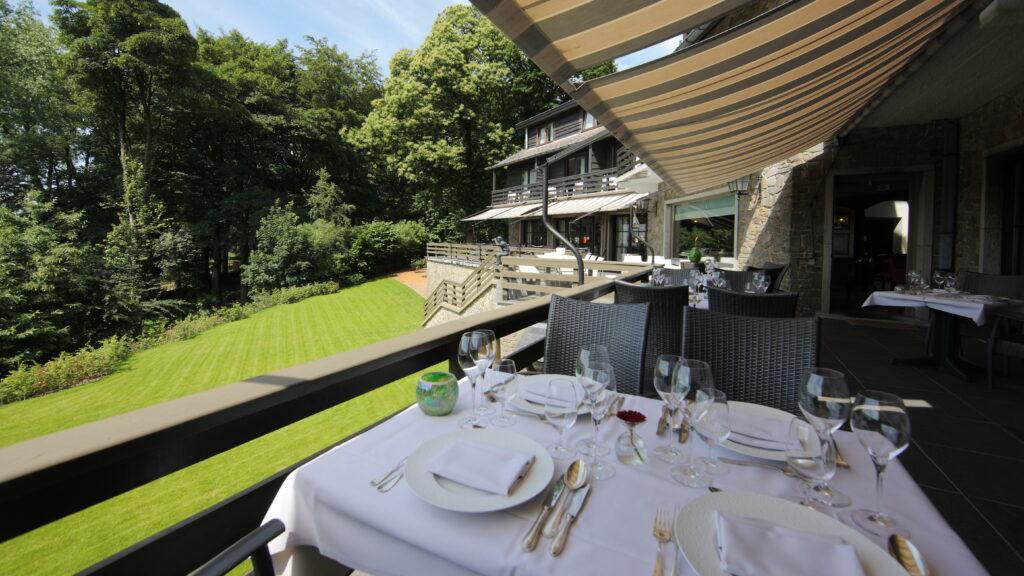 Het restaurant van Hostellerie Kemmelberg **** is bekend vanwege zijn regionale en Franse keuken en de zonovergoten terrassen met een zeer mooi panorama.