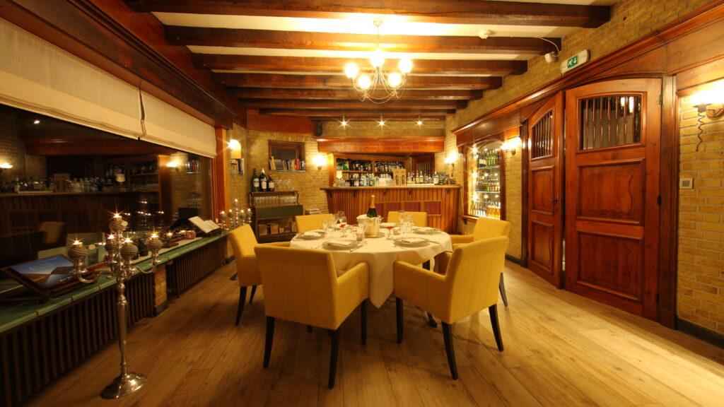 De bar van Hostellerie Kemmelberg **** kan worden afgehuurd voor private dining voor groepen tot 14 personen. In deze ruimte gingen leden van een Koninklijke familie en regeringsleiders U al voor. ;-)