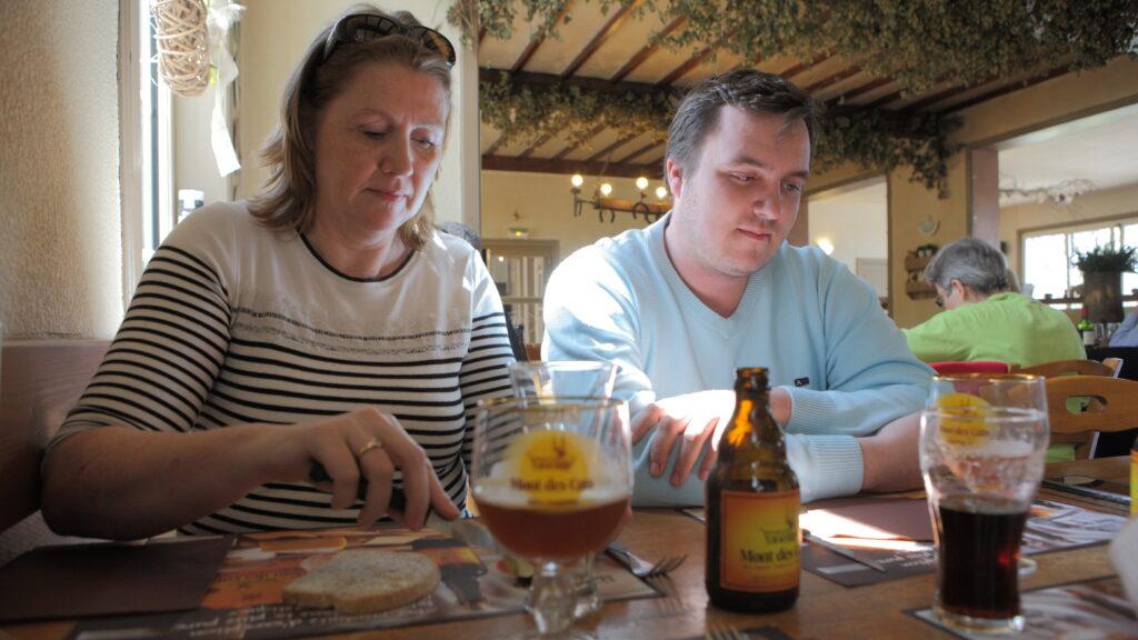 """De streek tussen Heuvelland en het Franse Cassel ligt bezaaid met zogeheten """"Estaminets"""": bruine cafés waar je de lokale streekbieren of picon kunt proeven of terecht kunt voor een ander streekproduct (kaas, potjesvleesch, ...). Je hebt de streek niet écht bezocht als je niet eens bent binnen geweest in zo'n estaminet."""
