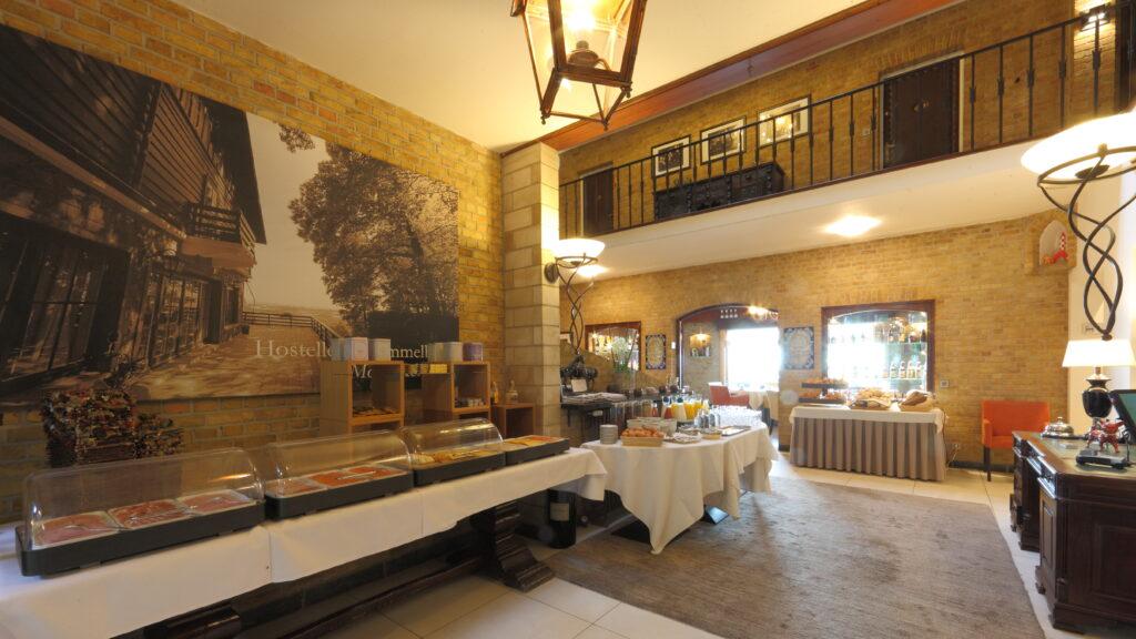 Voorbeeld van catering voor een evenement: een ontbijtbuffet opgesteld in de lobby.