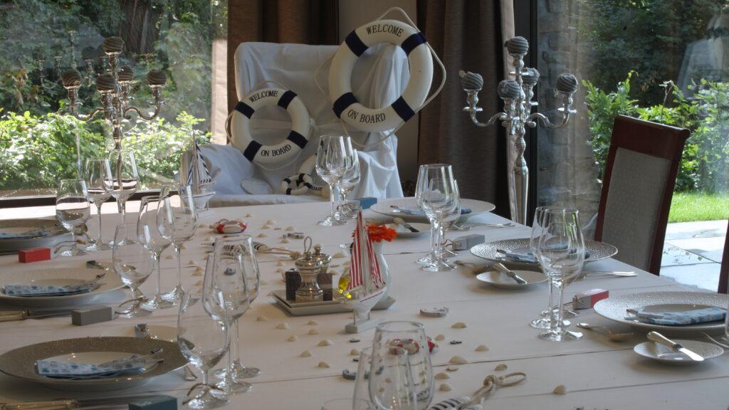 Er zijn diverse aankledingen van de zaal en tafelschikkingen mogelijk.