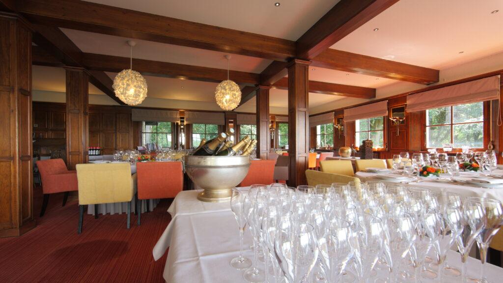 Er gingen al ettelijke honderden banketten door in het restaurant van Hostellerie Kemmelberg ****. Er kunnen tevens recepties doorgaan in deze historische zaal.