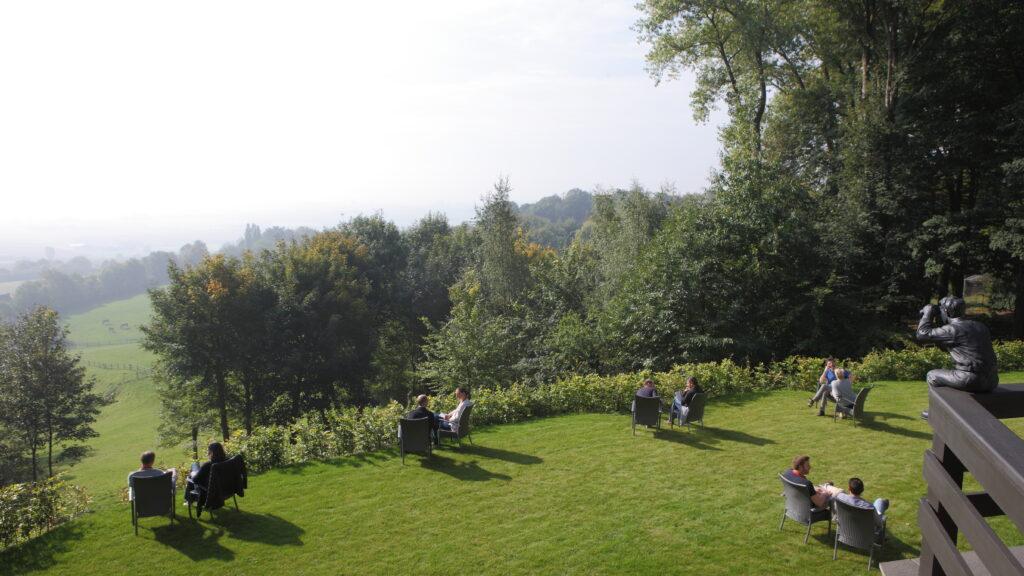 In Hostellerie Kemmelberg **** kunt U en Uw groep één worden met de natuur. Workshops kunnen naar believen worden georganiseerd in de tuin, de terrassen, de bar, enz. en dit allemaal met het unieke panorama als achtergrond.