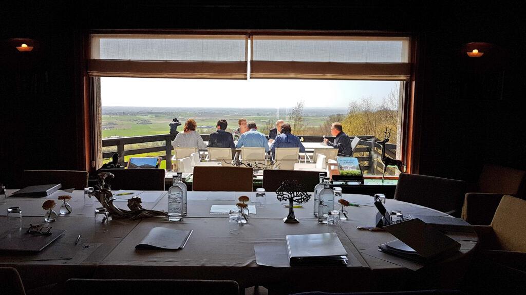 De bar en terrassen van Hostellerie Kemmelberg **** als workshop locatie.