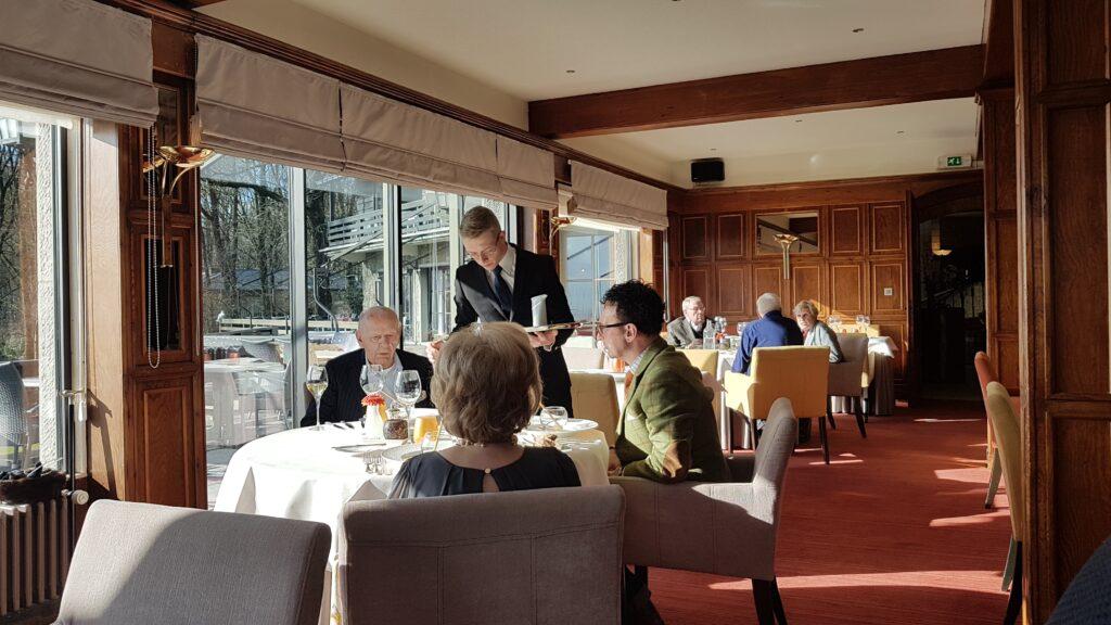 """Reeds sinds 1954 ontvangt Hostellerie Kemmelberg **** gasten met """"stijl en klasse"""" in haar gastronomische restaurant."""