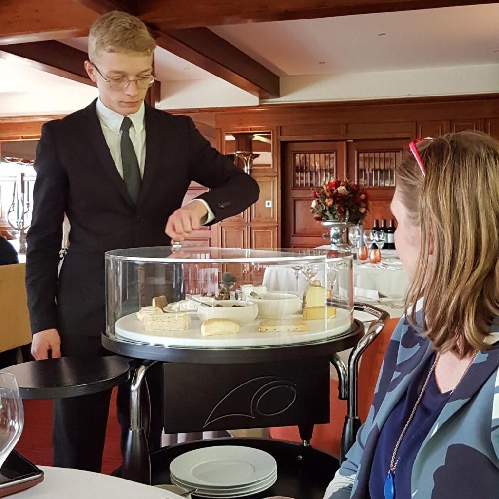 """Restaurant Hostellerie Kemmelberg **** - Optionele kaasservice bij het Prestige Menu """"Oog van Vlaanderen""""."""