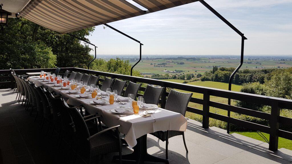 Hostellerie Kemmelberg **** heeft diverse zalen, terrassen en een aangelegde tuin waar Uw feest of bedrijfsevenement kan laten doorgaan. Het unieke panorama krijgt U er overal als aardige extra bij.