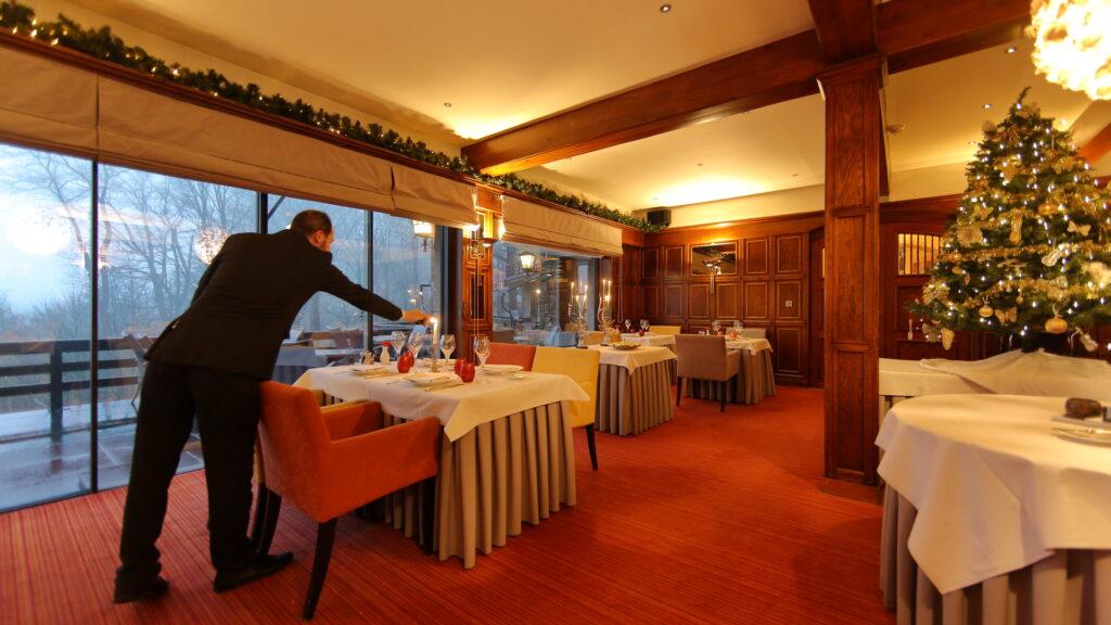 Ook het restaurant van Hostellerie Kemmelberg **** wordt rond de kerstperiode heel mooi en gezellig ingericht.