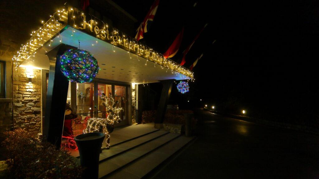 Hostellerie Kemmelberg **** is gedurende de maand december steeds van heel mooie kerstdecoratie voorzien.