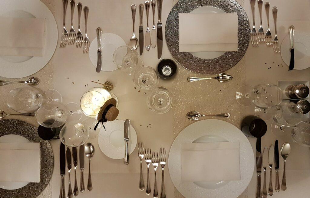 In het restaurant van Hostellerie Kemmelberg **** worden uitzonderlijk servies en bestekken gebruikt. De tafelschikking is bijzonder verzorgd uitgevoerd.