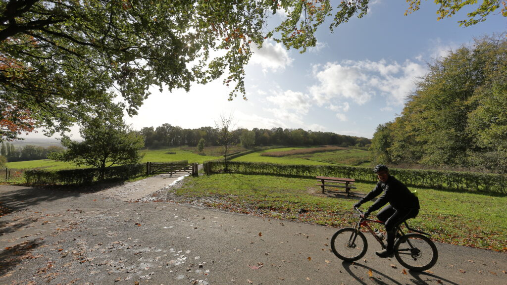Zowel de mountain biker, amateur wielrenner als de gewone fietser komen in het Heuvelland (nabij Ieper) volop aan hun trekken: een afwisselend landschap, ofwel vlak ofwel met voldoende hoogtemeters, enz. . Er is een fietsknooppuntennetwerk voorzien.