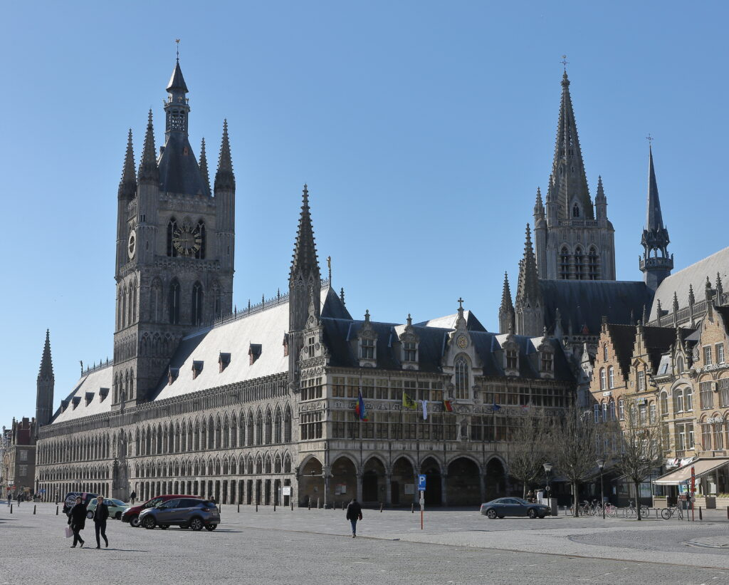 """De Ieperse lakenhallen (met zijn Belfort) en kathedraal zijn indrukwekkend. Zeker een bezoek waard. Vergeet ook het """"In Flanders Field"""" museum niet te bezoeken als U er bent."""