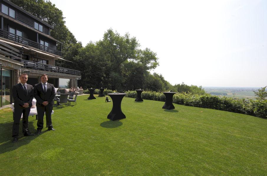 Hostellerie Kemmelberg **** heeft diverse zalen, terrassen en een aangelegde tuin waar Uw feest of bedrijfsevenement kan doorgaan. Het unieke panorama krijgt U er overal als aardige extra bij.