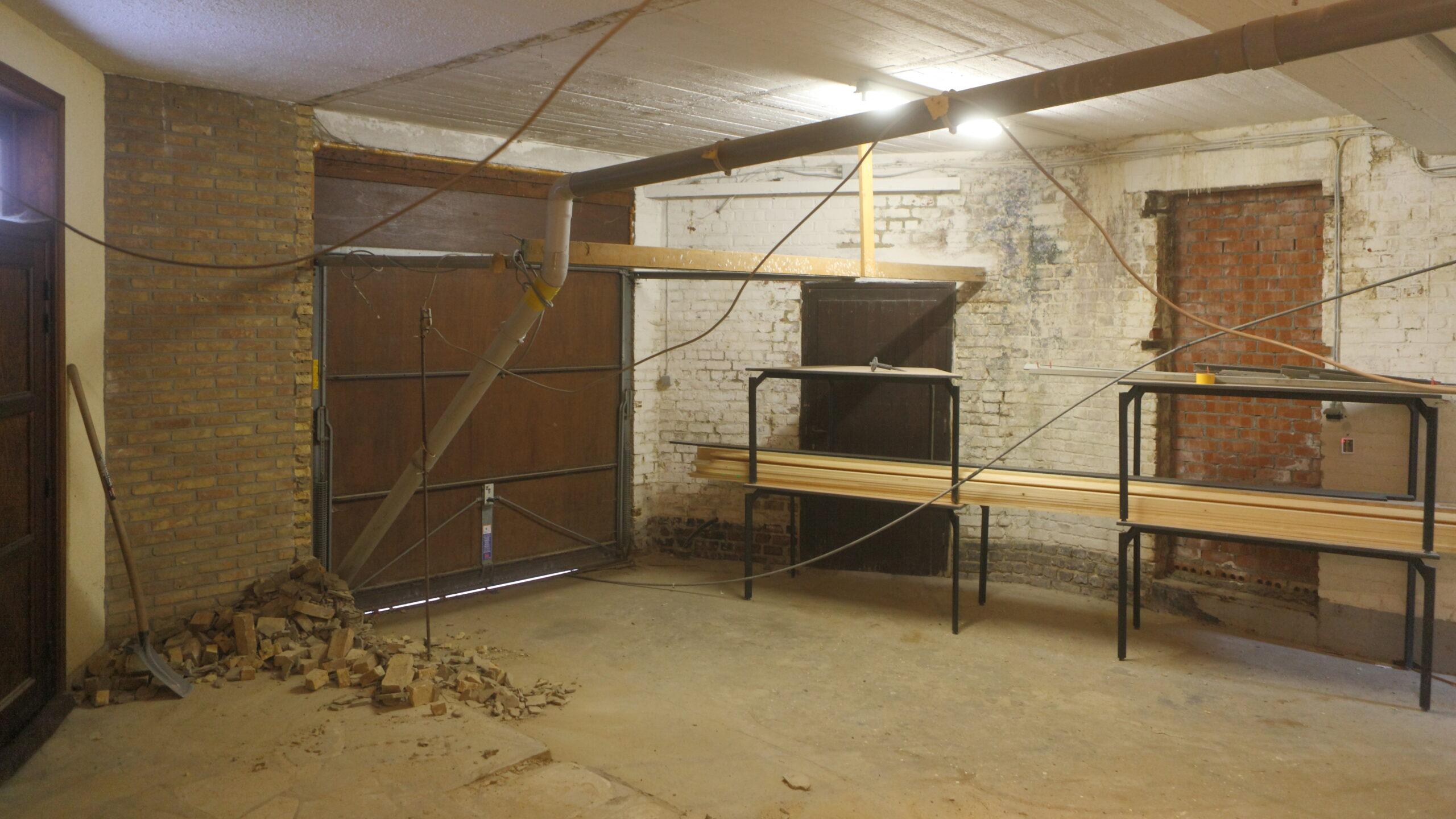 """De """"Saturnus""""-zaal van Hostellerie Kemmelberg **** werd gecreëerd uit een voormalige garage (die destijds dienst deed als opslagruimte). Een mooi schuifraam werd geplaatst waar vroeger een muur en garagepoort zaten. Het plafond werd verlaagd en zit vol met up-to-date apparatuur als airco, LED verlichting, high-end audio, enzovoort."""