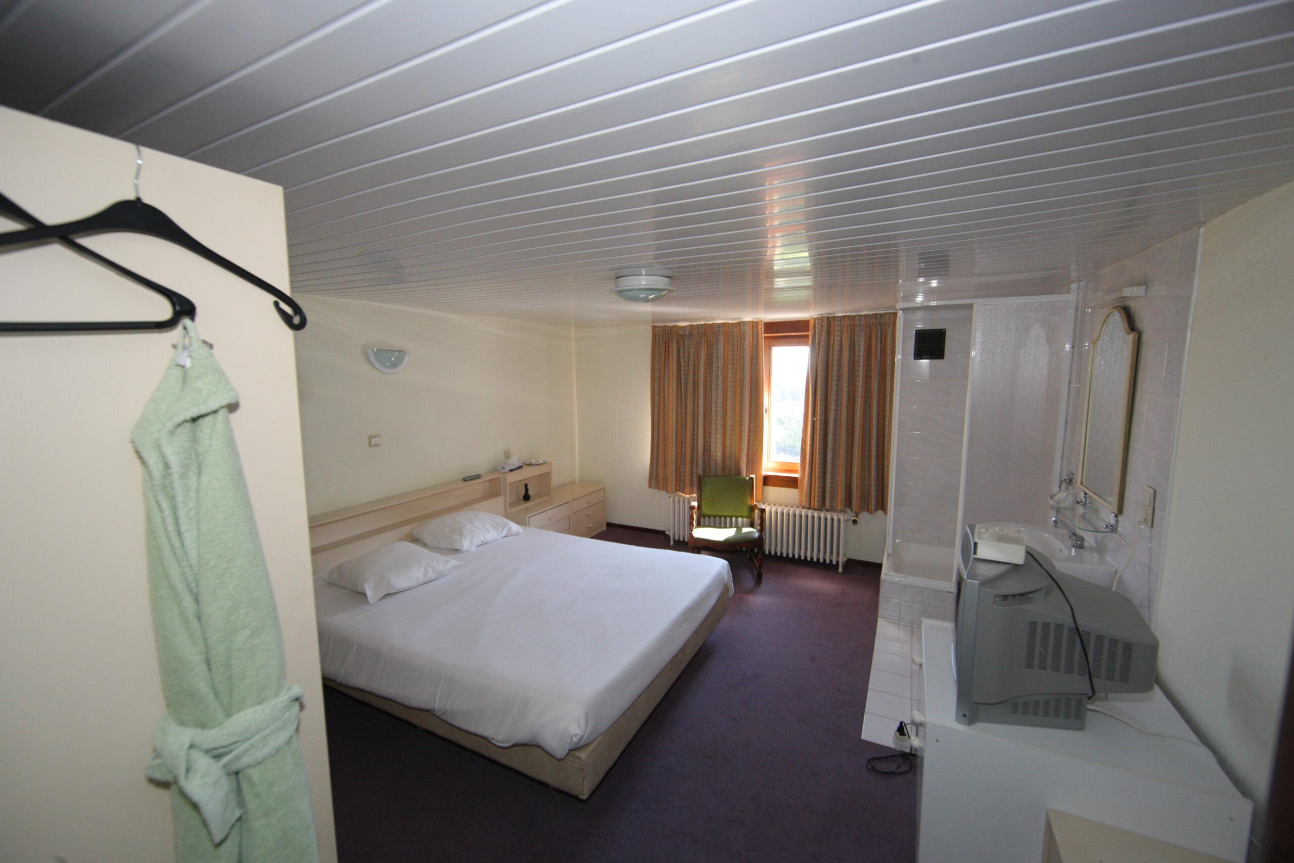 Waar nu VIP Kamer 202 is bevonden zich vroeger twee kamers voor het personeel: een kamer (nog gebruikt door een chef-kok) en een omkleedruimte. Er werd een doorgang gemaakt tussen deze twee kamers en ze werden volledig gestript en opnieuw aangekleed met kwaliteitsmaterialen.
